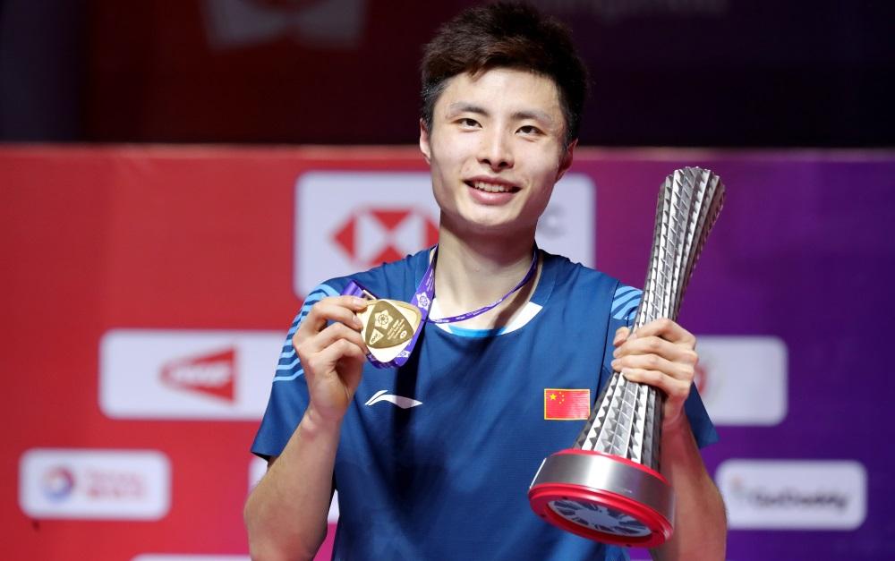 Pebulutangkis tunggal putra China, Shi Yuqi usai menerima piala dan medali sebagai juara BWF World Tour Finals 2018, Minggu (16/12/2018).