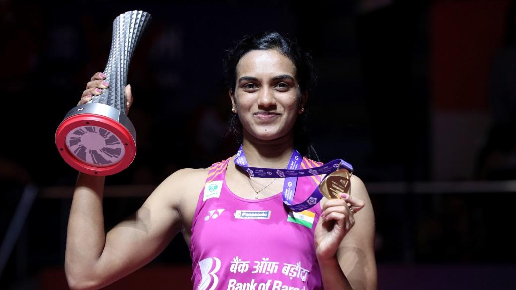 Pebulutangkis tunggal putri India, Pusarla V Sindhu saat menerima piala dan medali sebagai juara BWF World Tour Finals 2018, Minggu (16/12/2018).